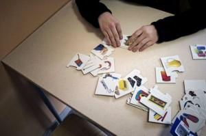 Une personne autiste participe à des activités dans un centre spécialisé